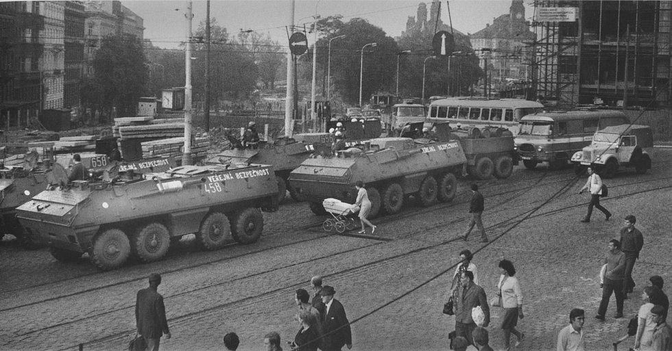 Obrněné transportéry VB zablokovaly pražské ulice, srpen 1969.