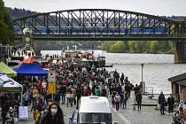 Farmářské trhy na pražské náplavce - Na náplavce mezi Palackého a Železničním mostem v Praze začaly 25. dubna 2020 farmářské trhy. Po uvolnění vládních nařízení proti šíření koronaviru musejí organizátoři trhů dodržovat zvýšená hygienická opatření.