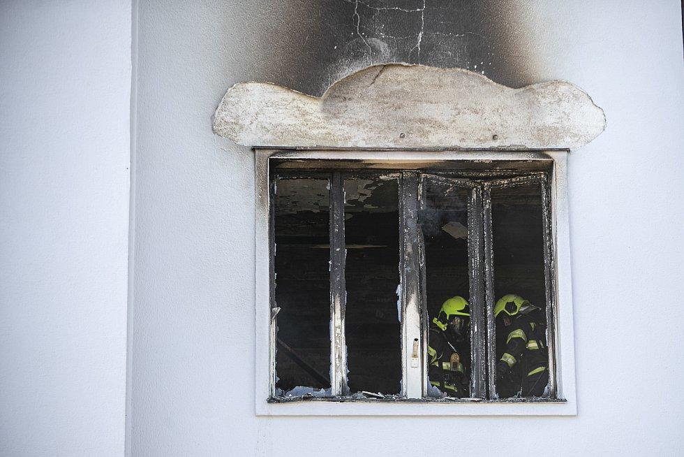 V pražské Strojnické ulici došlo 1. 7. 2020 k požáru a výbuchu v bytě. Hasiči vyhlásili druhý stupeň poplachu a evakuovali obyvatele domů.