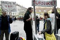 a pražském Andělu probíhala 20. května petiční akce namířená proti umístění turniketů do metra.