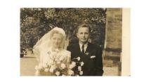 František Jaroš vede k oltáři dceru Ivu – dva roky po konci války. Ivě bylo osmnáct let a první manželství vydrželo krátce.