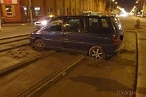 Řidič si chtěl zkrátit cestu, zapadl do betonu.