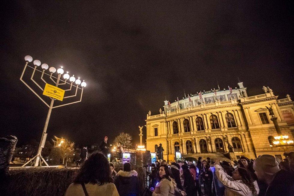 Slavnostní zapálení světel chanukové menory.