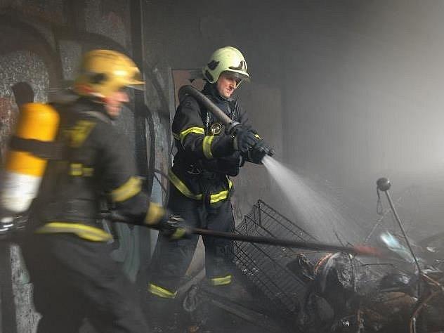 Příčinou vzniku požáru bylo buď úmyslné zapálení neznámou osobou nebo nedbalost při kouření či manipulaci s otevřeným ohněm přítomnými osobami