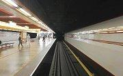 Dvě dívky řídily pražské metro v rámci plnění šílené výzvy během závodu LowCost Race.