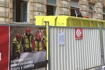 Reklama firmy Metrostav u zřícené budovy v Mikulandské působí po nehodě trochu nepatřičně.