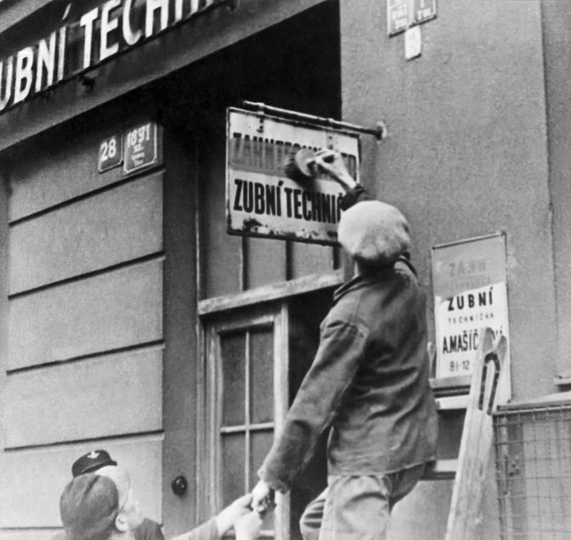 Poté, co z rozhlasu zazněla čeština, se Pražané chopili štětců a začali přetírat německé nápisy. To zmátlo německé okupanty, kteří se pak v pražských ulicích hůř orientovali.