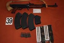 Policisté nalezli šrapnely, různé druhy světlic a výbušek, zápalníky, více než tisíc nábojů do různých zbraní, zbraně Mauser, Glock, Walther a signální pistole, tlumič, samopal, malorážku s optikou.