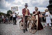 Po Karlově mostě v Praze projela 12. června slavnostní jízda k 200. výročí vynálezu jízdního kola.