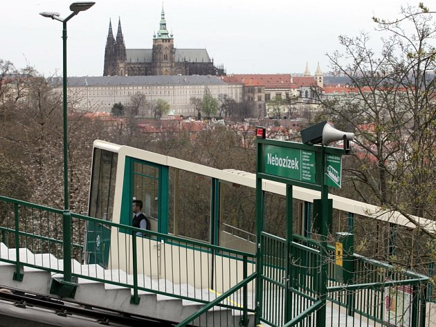 Lanová dráha na pražský Petřín se v pátek 8. dubna 2016 po sedmiměsíční rekonstrukci znovu rozjela. Důvodem zastavení provozu byla rekonstrukce trati, stanic i vozů.