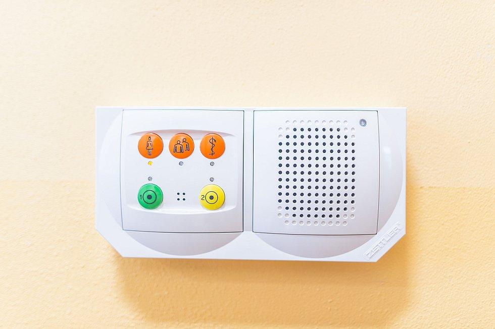 Komunikační systém umístěný na každém pokoji.