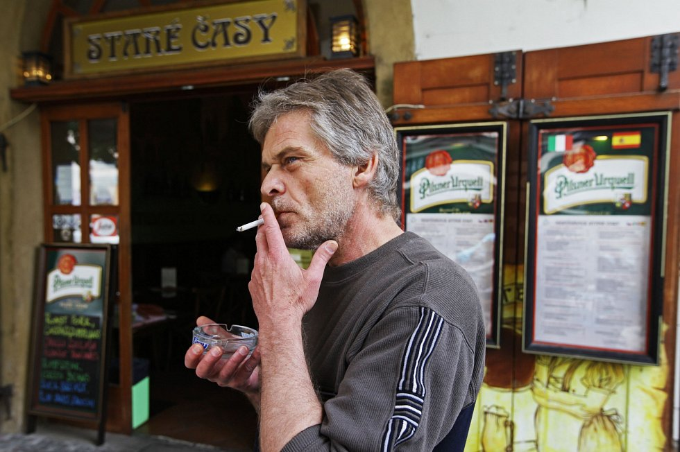 Kouření před hospodou.