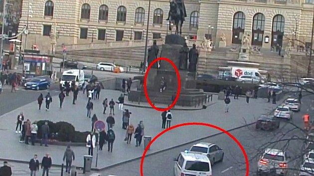 Strážníci rychle zadrželi muže, který čmáral na sochu sv. Václava.