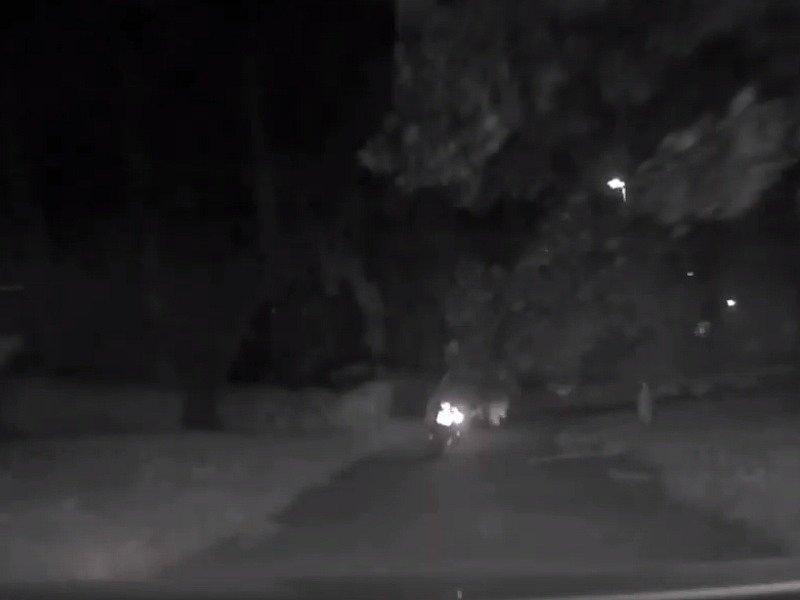 Policisté v Praze chtěli zkontrolovat motorkáře. Ten jim začal ujíždět po chodnících, parky a protisměry.