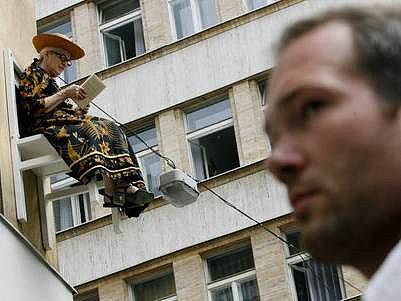 """V ulicích Prahy, nebo spíše nad hlavami chodců, proběhlo v pátek 15.6. 2007 pozoruhodné představení německé skupiny Angie Hiesl Production """"X-krát židle lidí"""" v rámci přehlídky Pražské Quadriennale 2007."""