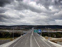 Pražský okruh s mostem mezi Lochkovem a Komořany. Ilustrační foto.