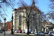 KOSTEL SV. ROCHA byl postaven ještě v převážně gotickém slohu, ačkoliv už i u nás v té době stavebně vládla renesance. O to je kostel architektonicky zajímavější.