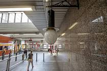 Replika obloukové lampy v metru.