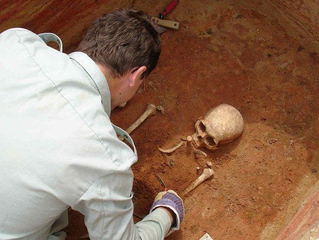 NEBOŽTÍK Z PÁTÉHO STOLETÍ. Většina z nalezených hrobů byla poškozena vykradači, pro vědce tu přesto zbylo mnohé. (Na snímku Odborná preparace kosterních pozůstatků antropologem Pavlem Kubálkem.)