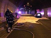 Požár auta v tunelu Mrázovka.