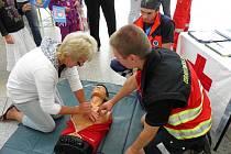 JAK ZACHRÁNIT LIDSKÝ ŽIVOT. Záchranáři vysvětlovali lidem, jak se zachovat v krizové situaci. Návštěvníci obchodního centra si mohli vyzkoušet stlačování hrudníku na figuríně.