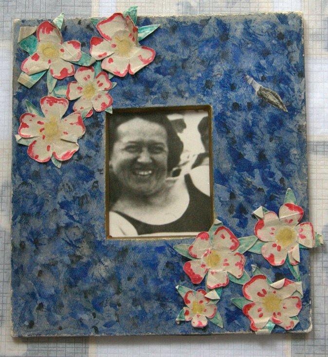 Jediný dochovaný snímek maminky v rámečku, který vyráběla v mládí Eva.