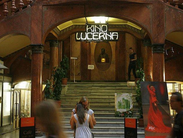 STOLETÉ. Kino Lucerna vzniklo jakou součást první pasážní budovy v Praze , kterou nechal postavit Vácslav Havel v letech 1907 – 1921.
