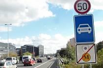 Tato značka povolené rychlosti opět začíná být trnem v oku mnohým řidičům. Padesátka při vjezdu a výjezdu z metropole je prý na magistrále zbytečná.