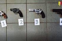 Muž u sebe měl čtyři zbraně.