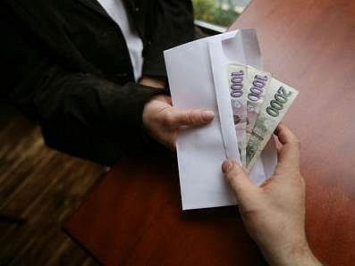 Úplatek patří stále k nejběžnějším korupčním aktům.