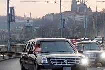 Kolona s americkou limuzínou a jejím identickým dvojčetem čítající 27 aut svižně projela z letiště do hotelu Hilton na pražském nábřeží.
