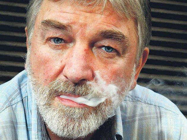 Herec Vladimír Kratina v roli producenta muzikálu Mrazík na ledě.