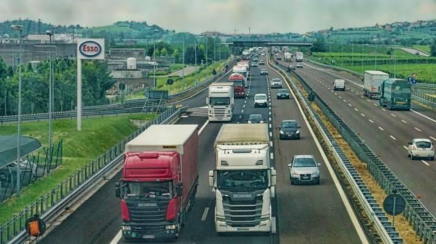 Dálnice s šesti jízdními pruhy. Ilustrační foto.