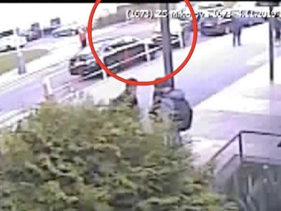 Muž v Praze 4 ukradl před školou auto s kojencem uvnitř.