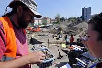 Milan Kuchařík ukazuje očištěnou a keramika nalezenou v hrobě asi padesátiletého muže.