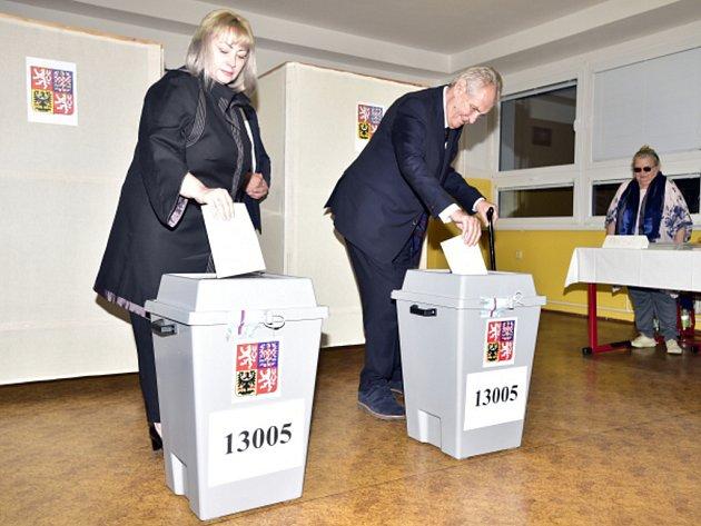 Prezident Zeman se svou paní odvolili v základní škole v pražských Stodůlkách.