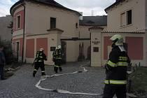 Třicítka dobrovolných hasičů nejen ze stanice na Chodově v Praze 11 v neděli bojovala s požárem Chodovské tvrze. I když uměle zadýmenou střechu tvrze mohutně kropili, výjezd hasičů bylo taktické cvičení, neboli  utajená prověrka jejich připravenosti.