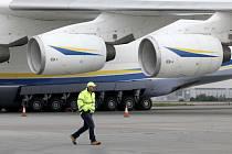 Největší dopravní letadlo na světě Antonov-225 Mrija na Letišti Václava Havla v Praze.