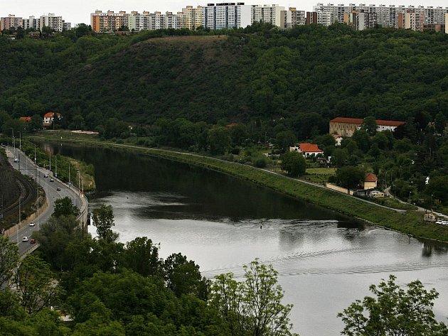 Pohled z vyhlídky u zříceniny Baba na Vltavu a sídliště v pražské Troji.