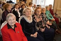 Usměvavé a stále plné elánu. Nejstarší studentky Jana Mikošová, Helena Pechlátová, Jaroslava Bartošová, Eva Jindrová, Vlasta Heroldová a Soňa Rybičková (v první řadě, zleva).