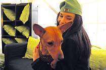"""Bambule si na život u herečky Sandry Novákové rozhodně stěžovat nemůže. """"Kolikrát jí ty psí konzervy závidím. Voní rozhodně líp než naše paštiky,"""" usmívala se Sandra Nováková."""