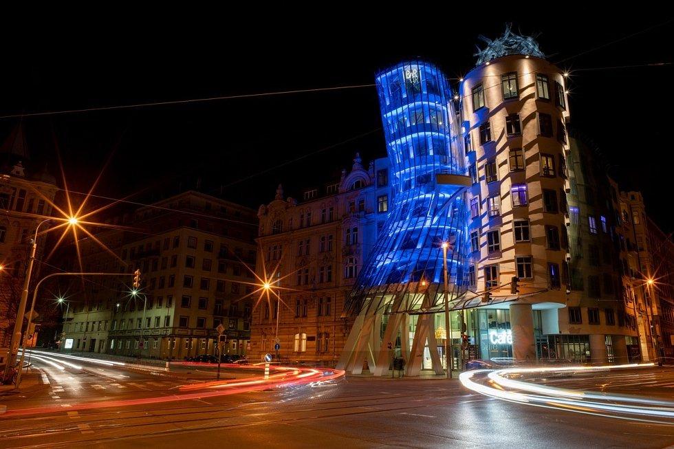 V Praze byly 5. května 2021 k připomenutí plicní hypertenze některé budovy nasvíceny modrou barvou.