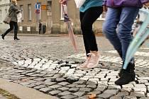 Kostky jsou jednou z překážek žen při pohybu po městě. Ilustrační foto.