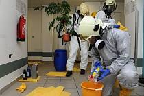 Hasiči likvidovali větší množství kyselin sírové, chloristé, chlorovodíkové, dusičné a fosforečné v prostorách lékárny v 1. NP objektu v areálu FN Královské Vinohrady.