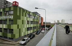 Budova polikliniky v Opatoviské ulici v Praze na Jižním Městě má novou fasádu.