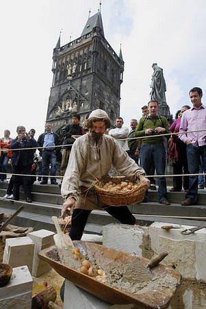 Součástí vernisáže byla také ukázka stavebních postupů při stavbě mostu. Odborníci prokázali, že při jeho stavbě byla skutečně použita vejce jako přísada do malty.