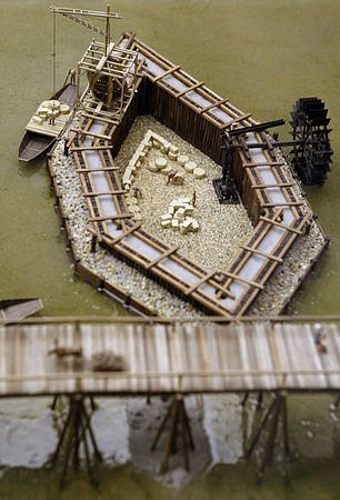 Názorně je zde zaznamenán způsob založení pilířů Karlova mostu v tekoucí vodě a způsob jejich konstrukce.