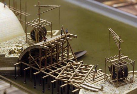 Dále je představena stavební fáze při konstruování dřevěného bednění pro budoucí vykroužení oblouku mostu.