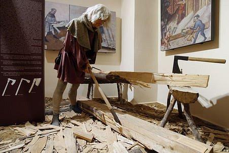 Na snímku část expozice muzea - ukázka práce tesaře.