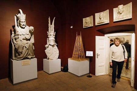 Na snímku část expozice muzea s kopiemi soch z mostecké věže.